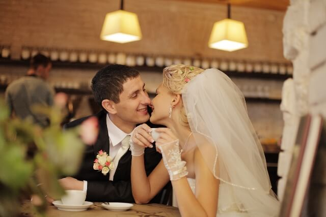 カフェで休憩する夫婦