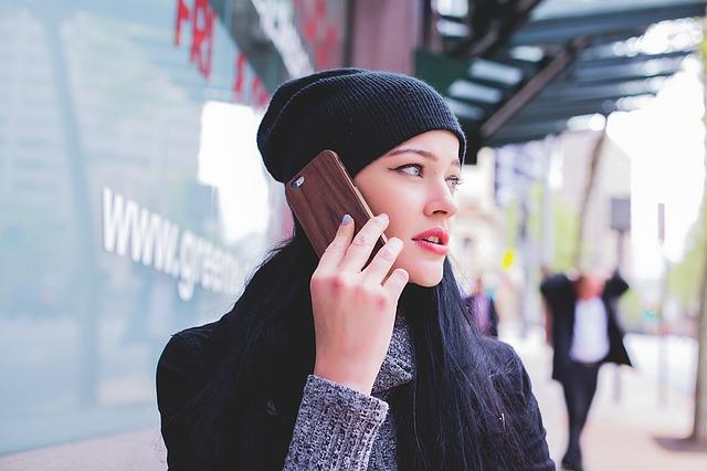 街中で電話する女の子
